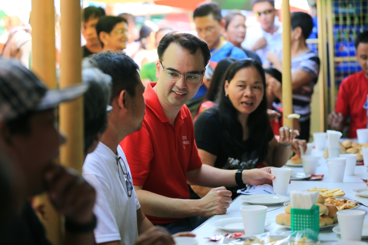 Sen. Alan Peter Cayetano discusses his PTK message with the public during his listening tour.
